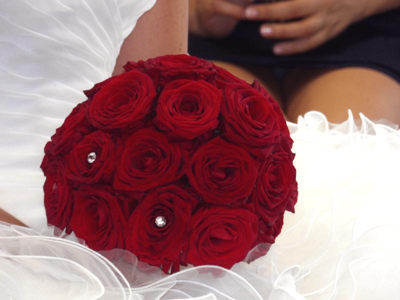 Une déco florale pour un mariage en rouge et blanc