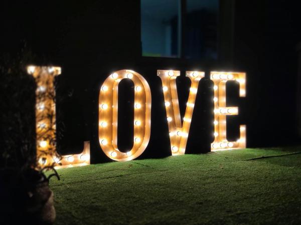 LOVE en Métal avec ampoules 1