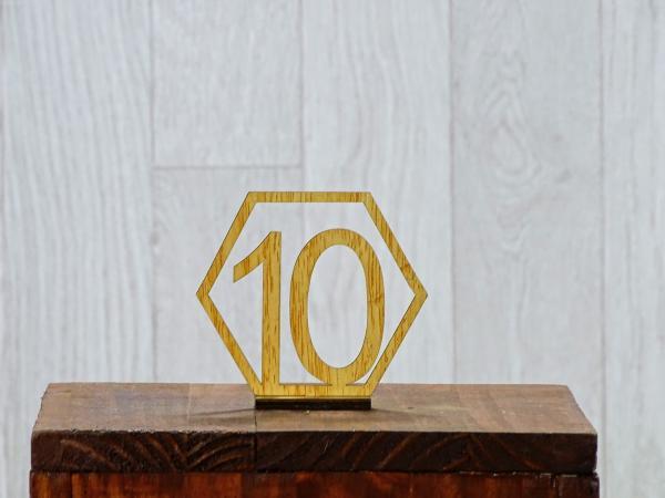 Support numéros bois géométriques 1